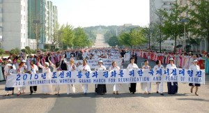 150525 - Naenara - Teilnehmerinnen am Großmarsch der internationalen Frauen passierten Kaesong - 01