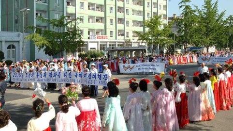 150525 - Naenara - Teilnehmerinnen am Großmarsch der internationalen Frauen passierten Kaesong - 03
