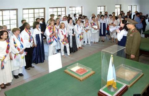 150525 - Naenara - Teilnehmerinnen am Großmarsch der internationalen Frauen passierten Kaesong - 04