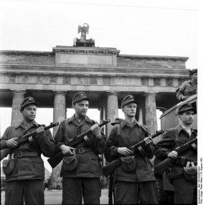 ADN-ZB/Junge, 14.8.1961 Sicherung der Staatsgrenze der DDR zu Westberlin und zur DDR am 13.8.1961. Angehörige der Kampfgruppe auf der westlichen Seite des Brandenburger Tores am 14.8.1961