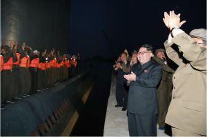 160424 - 조선의 오늘 - KIM JONG UN - Marschall KIM JONG UN leitete einen Unterwasserschießtest der ballistischen Rakete vom strategischen U-Boot - 07 - 전략잠수함 탄도탄수중시험발사에서 또다시 대성공 경애하는 김정은동지께서 시험발사를 현지에서 지도하시였다
