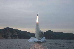 160424 - 조선의 오늘 - KIM JONG UN - Marschall KIM JONG UN leitete einen Unterwasserschießtest der ballistischen Rakete vom strategischen U-Boot - 13 - 전략잠수함 탄도탄수중시험발사에서 또다시 대성공 경애하는 김정은동지께서 시험발사를 현지에서 지도하시였다