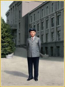 170216-naenara-kim-jong-il-patriot-aller-zeiten-003-bei-seiner-immatrikulation-an-der-kim-il-sung-universitaet