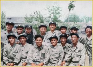 170216-naenara-kim-jong-il-patriot-aller-zeiten-007-mit-den-studenten-waehrend-des-produktionspraktikums-im-damaligen-pyongyanger-textilmaschinenwerk-april-1961