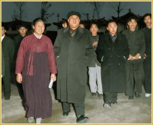 170216-naenara-kim-jong-il-patriot-aller-zeiten-010-mit-kim-il-sung-im-genossenschaftlichen-landwirtschaftsbetrieb-rihyon-stadtbezirk-sadong-in-pyongyang-november-1962