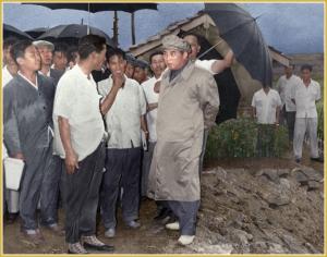 170216-naenara-kim-jong-il-patriot-aller-zeiten-011-mit-kim-il-sung-auf-der-insel-pidan-august-1966