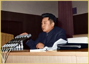 170216-naenara-kim-jong-il-patriot-aller-zeiten-012-beim-schlusswort-auf-dem-3-treffen-der-mitarbeiter-fuer-ideologischen-bereich-der-pdak-februar-1974
