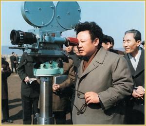 170216-naenara-kim-jong-il-patriot-aller-zeiten-015-bei-der-vor-ort-anleitung-der-aufnahme-des-spielfilms-an-jung-gun-erschiesst-ito-hirobumi-maerz-1979