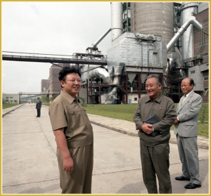 170216-naenara-kim-jong-il-patriot-aller-zeiten-019-bei-der-vor-ort-anleitung-des-vereinigten-zementwerks-sangwon-august-1988