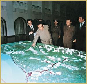 170216-naenara-kim-jong-il-patriot-aller-zeiten-022-beim-ansehen-des-sankkastenmodells-fuer-die-bebauung-der-stadt-pyongyang-maerz-1985