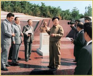 170216-naenara-kim-jong-il-patriot-aller-zeiten-024-auf-dem-ehrenhain-der-revolutionaere-auf-dem-berg-taesong-oktober-1985