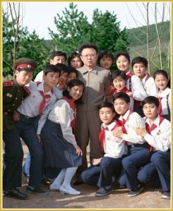 170216-naenara-kim-jong-il-patriot-aller-zeiten-026-mit-den-schuelerinnen-und-schuelern-april-1990