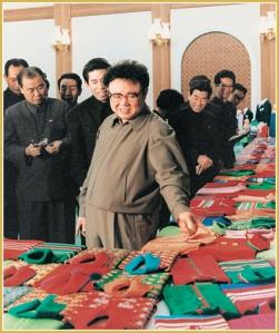 170216-naenara-kim-jong-il-patriot-aller-zeiten-027-beim-ansehen-der-pullovermuster-zum-geschenk-fuer-schueler-maerz-1984