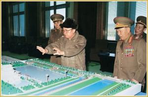 170216-naenara-kim-jong-il-patriot-aller-zeiten-031-waehrend-der-anleitung-der-bauarbeit-des-gedenkpalastes-kumsusan-maerz-1995