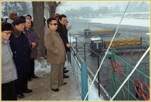 170216-naenara-kim-jong-il-patriot-aller-zeiten-035-bei-der-besichtigung-der-mittel-und-kleinkraftwerke-die-im-bezirk-jagang-neu-gebaut-wurden-januar-1998