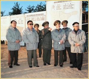 170216-naenara-kim-jong-il-patriot-aller-zeiten-042-bei-der-erkundigung-nach-der-flurbereinigung-im-bezirk-kangwon-maerz-1999
