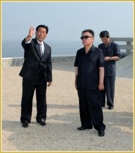 170216-naenara-kim-jong-il-patriot-aller-zeiten-044-bei-der-besichtigung-des-vollendeten-marschlandes-taegyedo-juli-2010