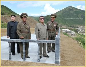 170216-naenara-kim-jong-il-patriot-aller-zeiten-046-mit-kim-jong-un-auf-der-baustelle-des-huichoner-kraftwerkes-august-2011