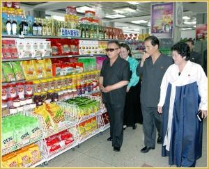 170216-naenara-kim-jong-il-patriot-aller-zeiten-049-bei-der-besichtigung-der-2-warenausstellung-im-pyongyanger-warenhaus-nr-1-juli-2011