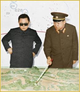 170216-naenara-kim-jong-il-patriot-aller-zeiten-057-kim-jong-il-erhaelt-von-einem-general-der-volksarmee-den-ausfuehrlichen-operationsbericht-juni-1975