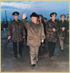 170216-naenara-kim-jong-il-patriot-aller-zeiten-061-kim-jong-il-sucht-trotz-hoher-wellen-und-schlechtem-wetter-die-matrosen-auf-november-1996