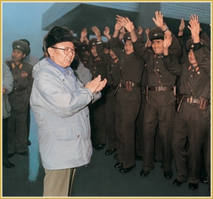 170216-naenara-kim-jong-il-patriot-aller-zeiten-064-am-posten-in-panmunjom-wo-gegnerische-und-unsere-armee-verschaerft-gegenueberstehen-november-1996