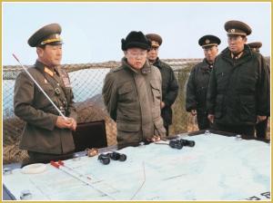 170216-naenara-kim-jong-il-patriot-aller-zeiten-065-waehrend-der-inspektion-der-verteidigungstruppe-auf-der-insel-cho-die-den-vorposten-an-der-westkueste-verteidigt-november-1996
