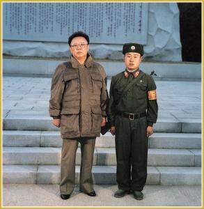 170216-naenara-kim-jong-il-patriot-aller-zeiten-068-mit-einem-wachsoldaten-auf-dem-bergpass-chol-maerz-1996