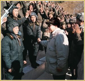 170216-naenara-kim-jong-il-patriot-aller-zeiten-069-kim-jong-il-gratuliert-den-armeeangehoerigen-zum-uebungserfolg-januar-1998