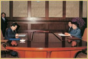 170216-naenara-kim-jong-il-patriot-aller-zeiten-071-beim-unterschreiben-der-gemeinsamen-nord-sued-erklaerung-juni-2000