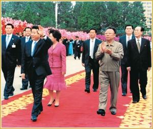 170216-naenara-kim-jong-il-patriot-aller-zeiten-073-zusammen-mit-dem-suedkoreanischen-praesidenten-roh-mu-hyon-im-herzlichen-willkommen-von-pyongyangern-oktober-2007