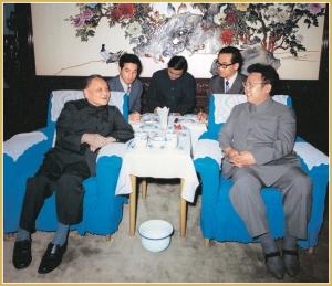 170216-naenara-kim-jong-il-patriot-aller-zeiten-083-gespraech-mit-deng-xiaoping-vorsitzendem-des-zentralen-beratunskomitees-der-kpch-juni-1983
