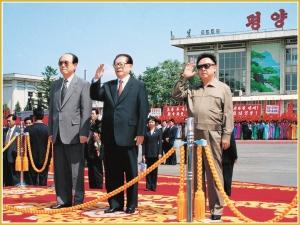 170216-naenara-kim-jong-il-patriot-aller-zeiten-084-kim-jong-il-und-jiang-zemin-ehemaliger-praesident-der-vr-china-auf-dem-pyongyanger-flughafen-september-2001