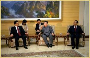 170216-naenara-kim-jong-il-patriot-aller-zeiten-085-beim-gespraech-mit-dem-praesidenten-hu-jintao-in-pyongyang-oktober-2005
