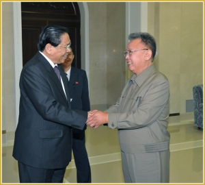 170216-naenara-kim-jong-il-patriot-aller-zeiten-087-beim-treffen-mit-choummaly-sayasone-dem-lprp-generalsekretaer-und-praesidenten-der-demokratischen-republik-laos-september-2011