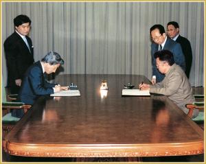 170216-naenara-kim-jong-il-patriot-aller-zeiten-090-unterzeichnung-der-pyongyanger-erklaerung-zwischen-der-dvr-korea-und-japan-mit-dem-japanischen-ministerpraesidenten-koizumi-junichiro-se